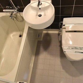 お風呂場は3点ユニットです。