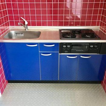 ブルーのキッチンに壁は赤のタイルでpopに♪