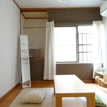 窓横はオープン収納。突っ張り棒つけてカーテンで隠してもいいかも!