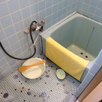 お風呂はコンパクトだけど、深さある!タイルがレトロかわいい♪窓もありますよ。