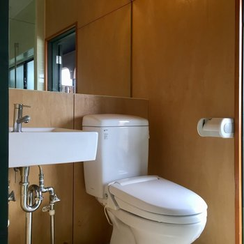 洗面台はシンプルに。トイレはウォシュレット付き。※写真は同タイプ別室のものです
