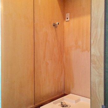 洗濯機は階段下のスペースへ隠して※写真は同タイプ別室のものです