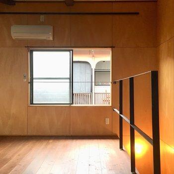 ウッディな空間はなんだか落ち着く※写真は同タイプ別室のものです