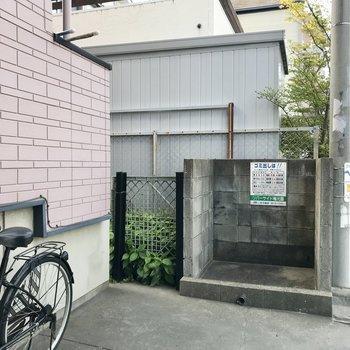 ゴミ置き場はこちら。その向かい側に自転車をとめる感じかな。