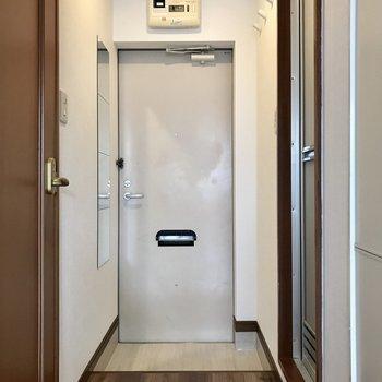 玄関にはシューズBOXがないからおへやにラックを用意しよう。全身鏡で毎日コーデを写メ・・・!笑