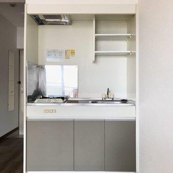 コンパクトキッチンもカラーリングが素敵。お皿は上の棚にそのまま飾ろっと。