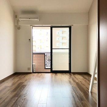 けっこう開放感あるでしょ?ベッドは左でその前に家具で壁を作って。テレビはコードを伸ばして右かな。
