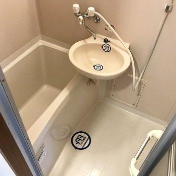お風呂は2点ユニット!1人だったらちょうどいいサイズ感。