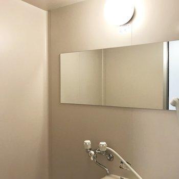 横付けの鏡がなんともお洒落♡