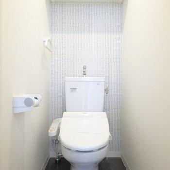 アクセントクロスがかわいいトイレ
