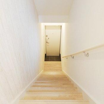 玄関はこの階段を降りたところ