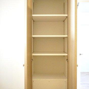 廊下にも、棚の高さを自由に調節できる収納があります。