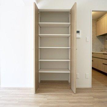 物入の中の棚は、置きたいものに合わせて高さを調節することができます。