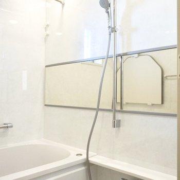 お風呂場の鏡が広〜い!
