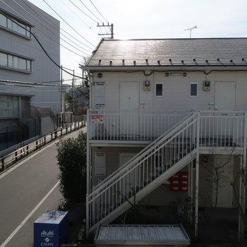 居室の窓からの眺望はお向かいのアパートです。