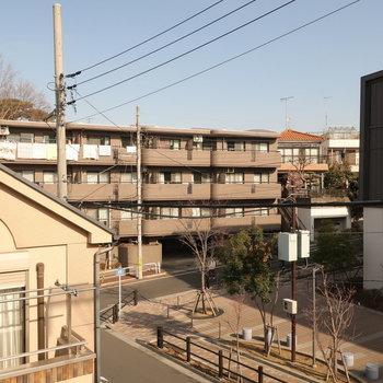バルコニーからの眺望。前の通りを挟んで学校があります