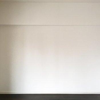 ベッドは壁に寄せて。シンプル空間を作りたいです。
