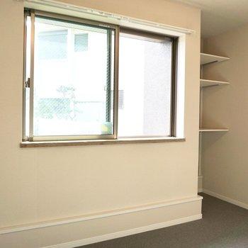 ベッドは窓にくっつけて置けそうです。