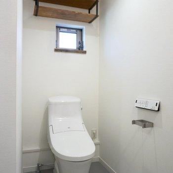 トイレの上の棚に小物が置けそう。