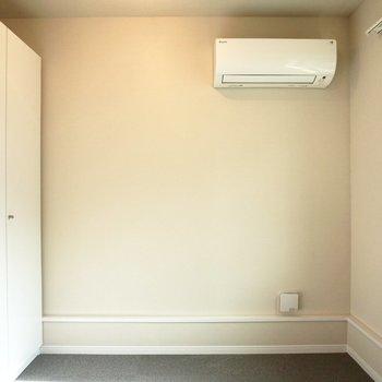 寝室にもエアコンが付いているので、冬も夏も快適に過ごせそうです。