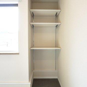 高さ調節可能な棚つき。