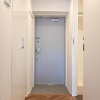 玄関の照明は人感センサーです ※写真は2階の同間取り別部屋のものです。