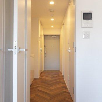 玄関方面へGO〜 ※写真は2階の同間取り別部屋のものです。