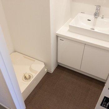 脱衣所に来ました。洗濯機はここに。 ※写真は2階の同間取り別部屋のものです。