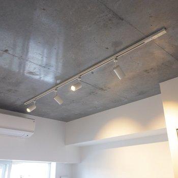 居室にはライティングレールが。天井はコンクリ! ※写真は2階の同間取り別部屋のものです。