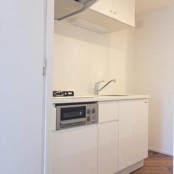 キッチンに来ました。白さが眩しい ※写真は2階の同間取り別部屋のものです。