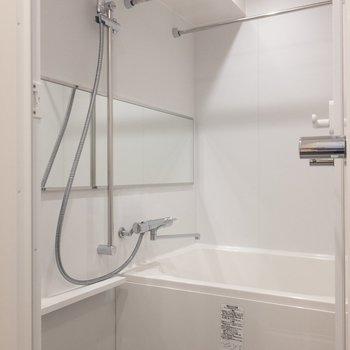 お風呂は鏡が大きい!浴槽もゆったり〜 ※写真は2階の同間取り別部屋のものです。