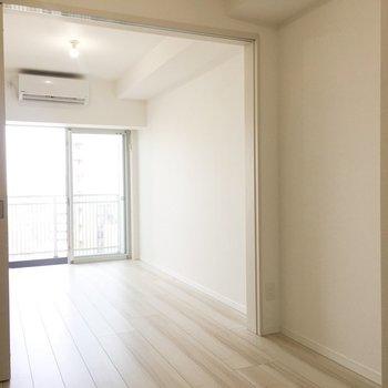 天気のいい日は引き戸をあけてお日様とご飯を。※写真は9階の同間取り別部屋のものです