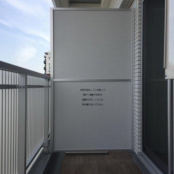 バルコニーも充分なスペースがありますね。※写真は9階の同間取り別部屋のものです