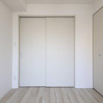 奥の居室から。引き戸なんですね。※写真は9階の同間取り別部屋のものです