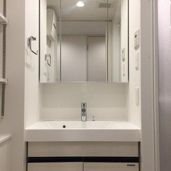 大きめの三面鏡がうれしい。※写真は9階の同間取り別部屋のものです