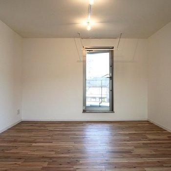 テーブルにソファ、テレビ台など、一通りの家具は問題なく置けそうです。