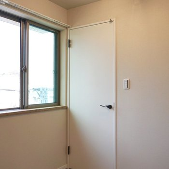 窓の近くの扉を開けると?