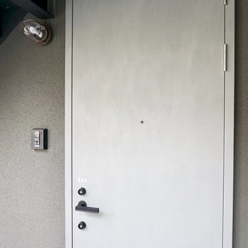 シックな玄関ドア。