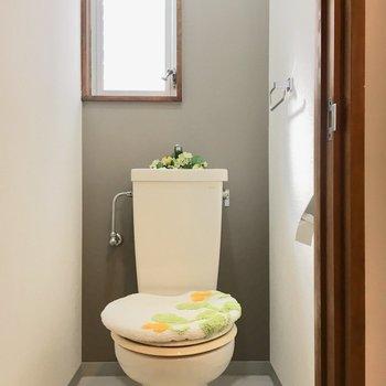 トイレ窓付き!グレーのクロスが大人めね。(※写真は1階の反転間取り別部屋、モデルルームのものです)