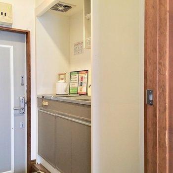 キッチンは廊下。冷藏庫隣に置けます!(※写真は1階の反転間取り別部屋、モデルルームのものです)
