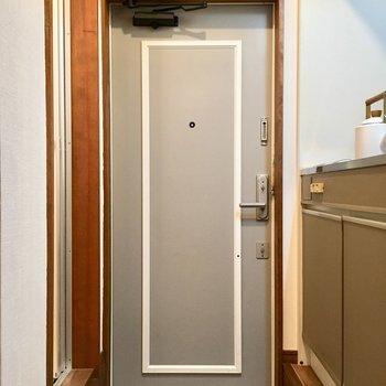 玄関扉の色と線かわいい。(※写真は1階の反転間取り別部屋、モデルルームのものです)
