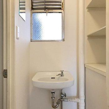 バスルーム入り口に洗面台。※写真は4階の同間取り別部屋のものです