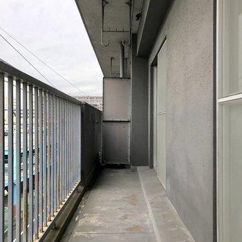 2部屋分だから長いベランダ。※写真は4階の同間取り別部屋のものです