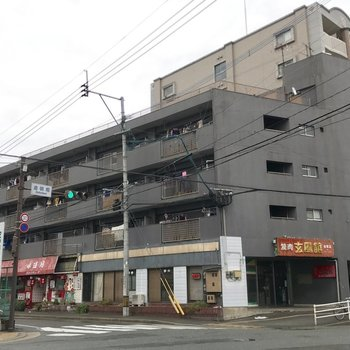 1階部分には飲食店。