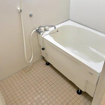 簡素な浴室ですが広さはそこそこ。※写真は4階の同間取り別部屋のものです