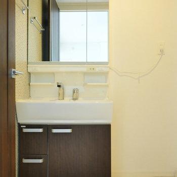 脱衣所に洗面台。 三面鏡みたいになるタイプ。