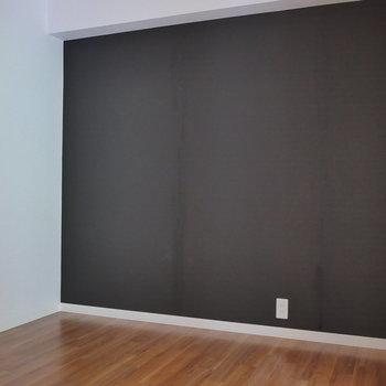 洋室はシックな色のクロス。