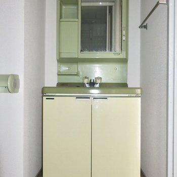 右側には洗面台。おそろグリーンだぁ♩