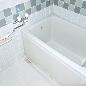 浴室はグラデカラーのタイルが素敵