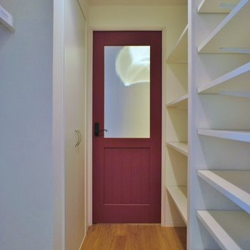玄関先のドアはレトロレッド※写真は同タイプの別室